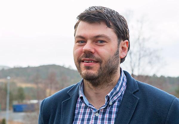 Elverksjef Håvard Singelstad i Fitjar Kraftlag forsvarar høge breibandprisar med spreidt busetnad. Foto: Fitjar kraftlag